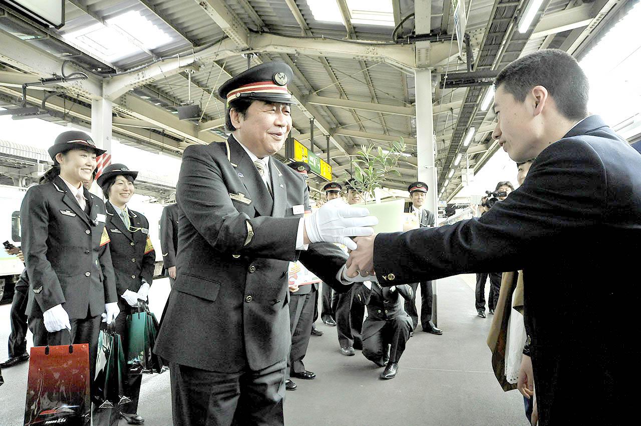 午後0:58到着の上野駅で苗木を贈呈