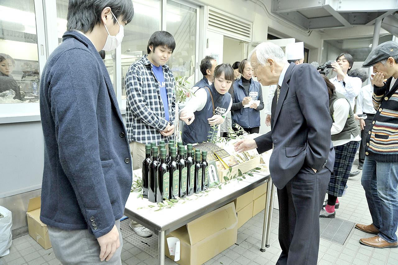 4月16日、開会式会場で福島物産販売