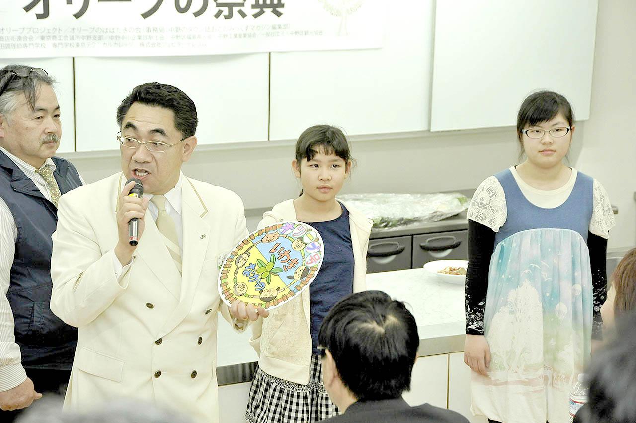 いわきの中学生・飯田さん(右)とオリーブのはばたきの会の小学生にヘッドマー クのレプリカ贈呈