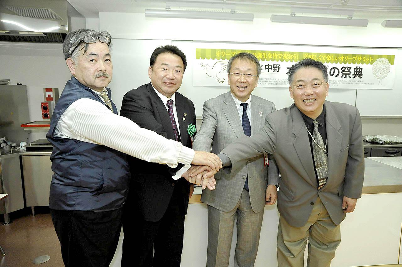 (左から)松﨑さん、清水・いわき市長、田中・中野区長、藤原