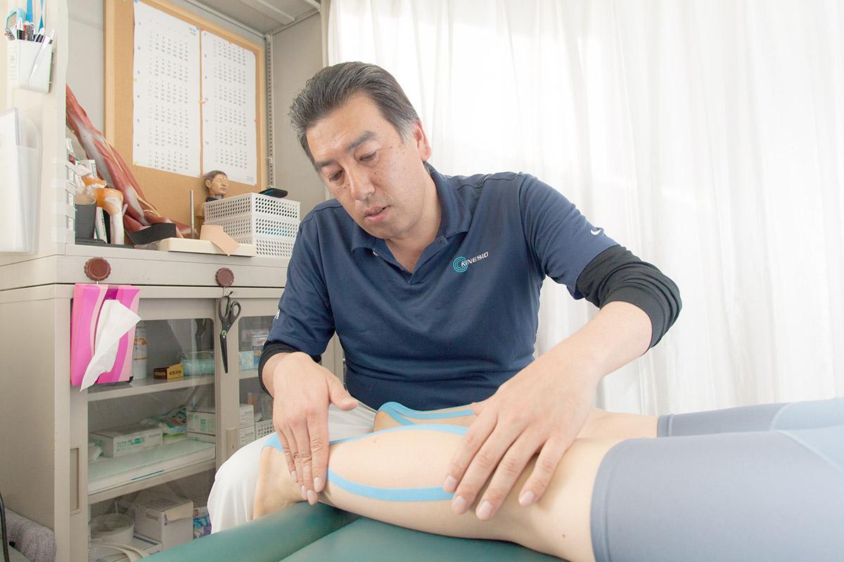 ▲キネシオテープは筋肉・関節の動きに沿って正しく貼ることが重要