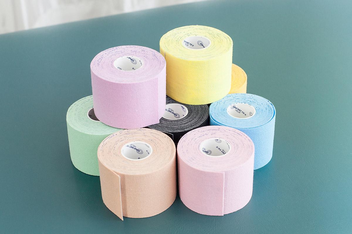 ▲キネシオテープの幅は一種類。患部に合わせて切り目を入れる。海外では派手なビビッドカラーも人気