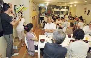 ▲神田山緑さんが前座の皆さんを一人ずつ紹介