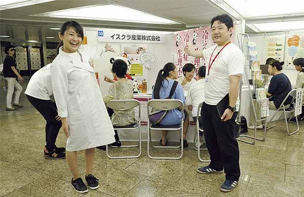 ▲本社の野月さん(右)と、10月からの中野店健康セミナー講師を務める柳沢さん