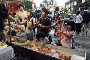 ▲お祭りといえば金魚すくい。「いっぱいすくったよ!」