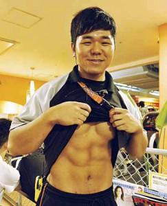 横田トレーナーにシックスパックが見たいと厚かましくもお願いしたら…はにかみながらも見せてくれました。穏やかな雰囲気からは想像ができない強靭な肉体!