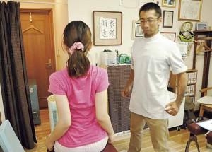 ▲肩甲骨をしめる動作。「肩が前にいって内側に入ると肩甲骨が引っ張られて疲れるんですよ」