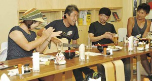 ▲秋田さんのギター演奏に大喝采! 右は野原さんと平川さん。手前は渡部さん