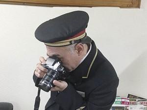 ▲多彩な趣味を持つ加室駅長。その一つがカメラ。自前のカメラを手に働く姿を活写してくれました