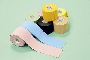 ▲ウエアや大会に合わせてテープの色をコーディネートするランナーが多いそう