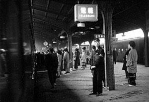 ▲東京駅ホーム風景(土井栄作品展「昭和の風景写真」より)